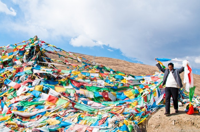 our driver hanging pray flags on the Gyantso-la pass near Mt.Evereset